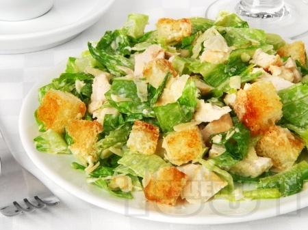 Зелена салата с крутони и пармезан - снимка на рецептата